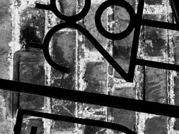 Jern hegn og sten 2 af 3 - abstrakt vægbilled i sort/hvid i rå look fra billeder4you