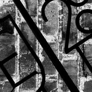 Jern hegn og sten 3 af 3 - abstrakt vægbilled i sort/hvid i rå skrå look fra billeder4you