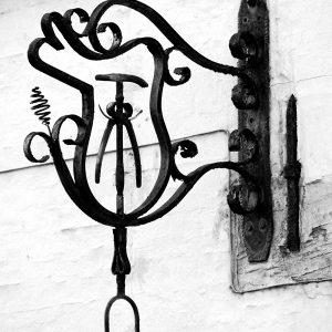 Jern skulptur ag en gammel sadelmager - sort/hvid fotografi fra billeder4you