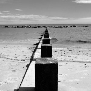 Black and white beach bridge - bro ved standen i sort/hvid