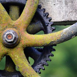 Rå tandhjul i grå, sort og grønlige toner - fotografi af wolfphoto - billeder4you