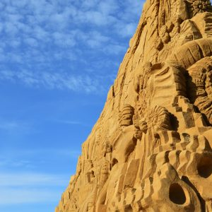 Sandskulptur med blå himmel