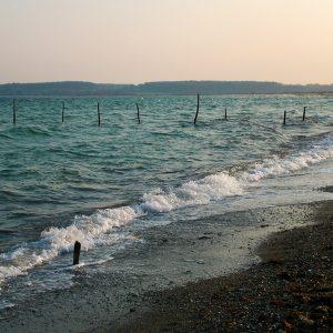 Stranden ved solnedgang - Foto af bundgarnspæle taget af billeder4you