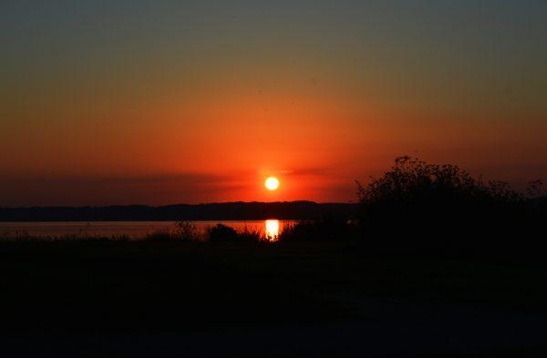 Solnedgang over vandet taget af billeder4you