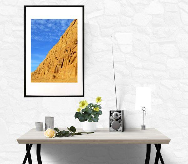 blå himmel med sandskulptur
